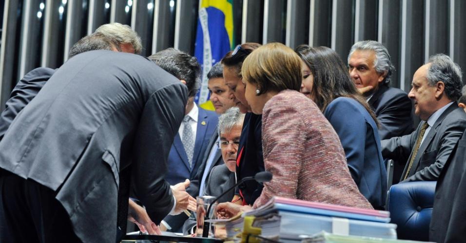 10.mai.2016 - Senadores se inscrevem na lista de oradores que poderão falar durante a votação do processo de impeachment da presidente Dilma Rousseff no plenário do Senado