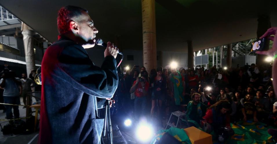 18.mai.2016 - O cantor Arnaldo Antunes faz show na ocupação do palácio Gustavo Capanema, no centro do Rio, onde manifestantes protestam contra a extinção do Ministério da Cultura e o governo interino de Michel Temer