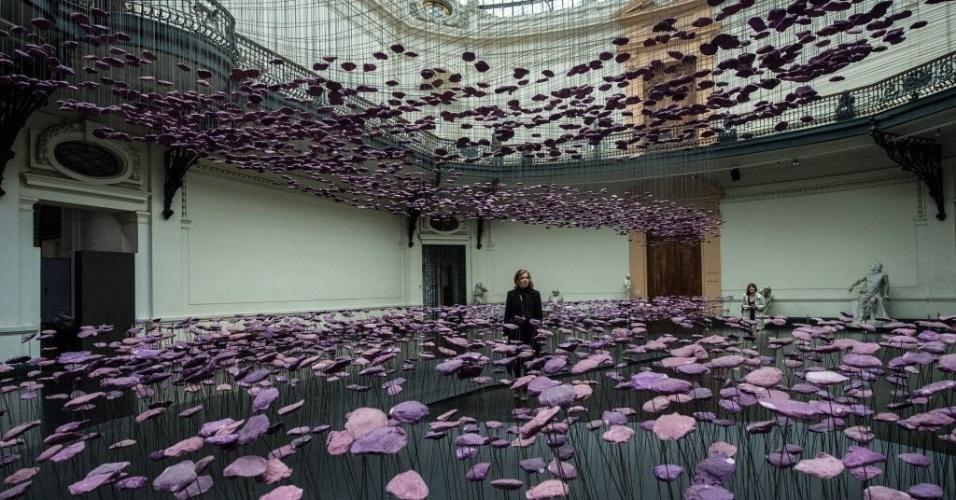 18.mai.2016 - Mulher passeia entre uma instalação de flores no Dia Internacional dos Museus, no museu de Belas Artes de Santiago, no Chile. O dia do museu foi criado em 1977 pela UNESCO (Organização das Nações Unidas para educação, ciência e cultura)