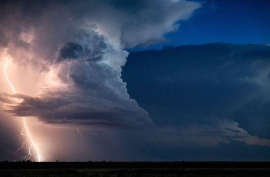 24.mai.2016 - Korosec, que trabalha como meteorologista, conseguiu prever quando as tempestades iriam ocorrer, o que permitiu com que ele chegasse mais perto delas na hora certa