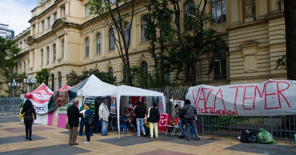 24.mai.2016 - Professores da rede pública fazem protesto e assembleia em frente à sede da Secretaria da Educação, no centro da cidade, por melhores salários e condições de trabalho