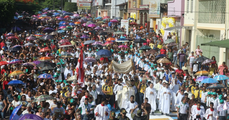 26.mai.2016 - Fiéis realizam procissão sobre tapete de Corpus Christi feito nas ruas da cidade de Capanema, no Pará