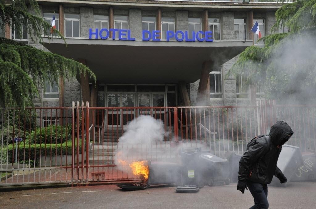 23.jun.2016 - Latas de lixo em chamas são colocadas em frente à sede da polícia em Rennes, na França, durante uma manifestação contra as reformas trabalhistas. Os protestos são contrários a um projeto de lei que afrouxaria as leis rígidas que protegem os direitos dos trabalhadores