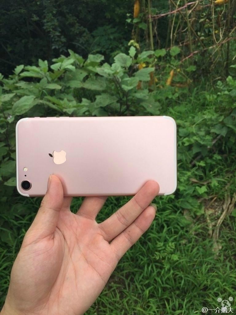 Imagem vazada de suposto iPhone 7 mostra câmera traseira com lente maior e linhas brancas de antena em nova posição, nas bordas das partes superior e inferior do corpo do celular. A Apple não confirma a veracidade da imagem