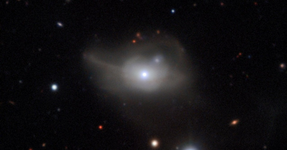 """RUMO À ESCURIDÃO - Imagem feita pelo telescópio de longo alcance do ESO (Observatório Europeu do Sul) mostra a galáxia Markarian 1018, uma """"galáxia ativa"""" (que libera energia e matéria) com um buraco negro supermassivo em seu núcleo (que consome a energia produzida). Devido ao brilho liberado nessa interação entre o buraco negro e o que está ao seu redor, essas galáxias costumam ser um dos pontos mais brilhantes do universo. Os astrônomos observaram uma redução rápida no brilho da Markarian 1018 e chegaram à conclusão de que sua produção de energia """"extra"""" está se esgotando, levando ao enfraquecimento do buraco negro"""