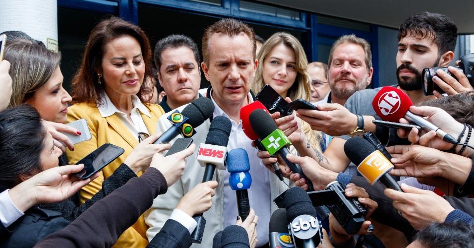 2.out.2016 - Celso Russomanno, candidato do PRB à prefeitura de São Paulo, votou por volta das 10h45 no colégio Santo Américo, no Morumbi, na zona sul. Acompanhado da mulher e da candidata a vice, Marlene Campos Machado, Russomanno estendeu as mãos para indicar o número 10, referente ao seu partido. Por coincidência, o candidato do PRB vota no mesmo local que Geraldo Alckmin (PSDB) ? o governador foi mais cedo ao colégio. Russomanno culpou o tempo de TV por sua queda nas pesquisas