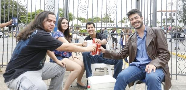 Grupo chega ao portão da PUC-MG para assitir ao 'show dos atrasados' - Hugo Cordeiro/UOL