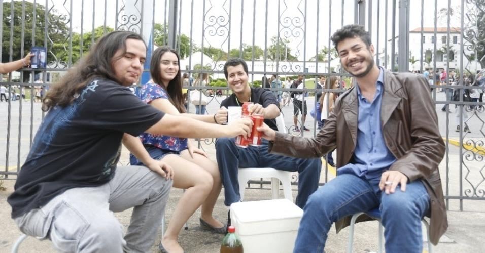 6.NOV.2016 - Um grupo de amigos se posicionou ao lado do portão de acesso aos locais de prova da PUC-MG, em Belo Horizonte, neste domingo (6) com cadeiras e bebidas. A intenção deles é ter uma visão privilegiada dos candidatos que vão se atrasar e não conseguirão entrar para fazer o Enem