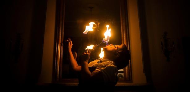 Ilise Carter, que realiza performances como engolidora de fogo em Nova York