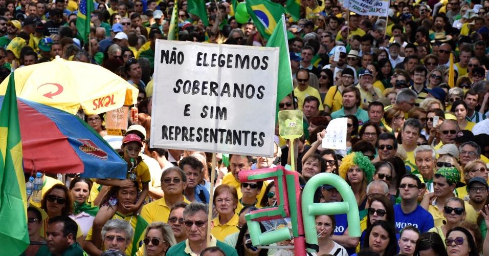4.dez.2016 - Pessoas fazem ato em frente à sede da Justiça Federal, em Curitiba, contra a corrupção. Cerca de oito mil pessoas, segundo a PM, e 50 mil, de acordo com a organização, participaram do protesto