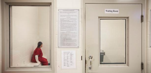 Prisioneira aguarda na detenção temporária de Houston, no Texas