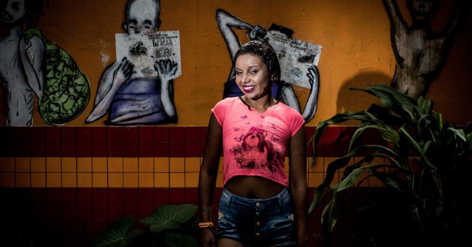 """17.jan.2017 - Mariana Rosa, 26: """"Estou me adorando. Fazia muito tempo que não me maquiava"""", disse a piauiense após ser cuidada pelas voluntárias no espaço do De Braços Abertos. Mariana leva uma grande cicatriz na lateral do rosto. """"Foi uma facada que eu levei do meu ex-marido"""", resumiu sem querer entrar em detalhes sobre a violência sofrida"""