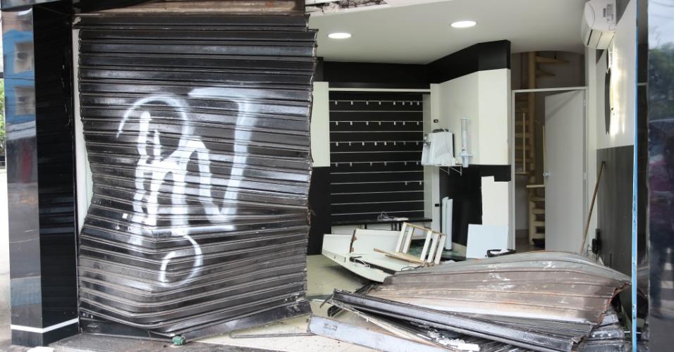 8.fev.2017 - Loja saqueada na avenida Reta da Penha, no Bairro Praia do Canto