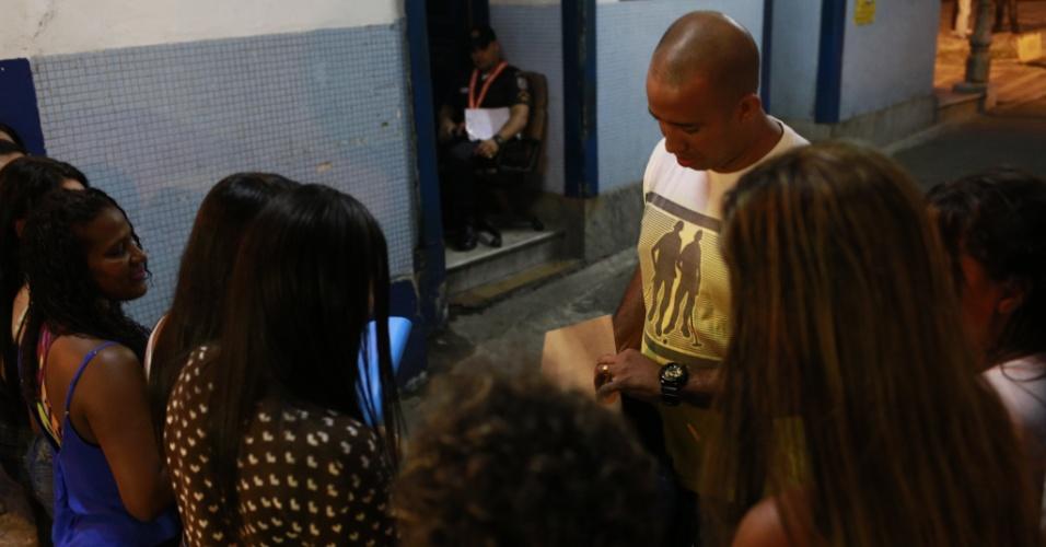 10.fev.2017 - Policial militar tem a mochila revistada por familiares que bloqueiam a saída do 6º Batalhão da PM (Tijuca), na zona norte do Rio de Janeiro. As mulheres tentam evitar que os agentes saiam com o uniformes na mochila para realizar a troca de turno fora do batalhão
