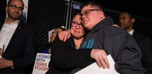 22.fev.2017 - Gavin Grimm (dir), que se tornou o rosto do movimento por direitos dos transgêneros, durante protesto na frente da Casa Brnaca, em Washington