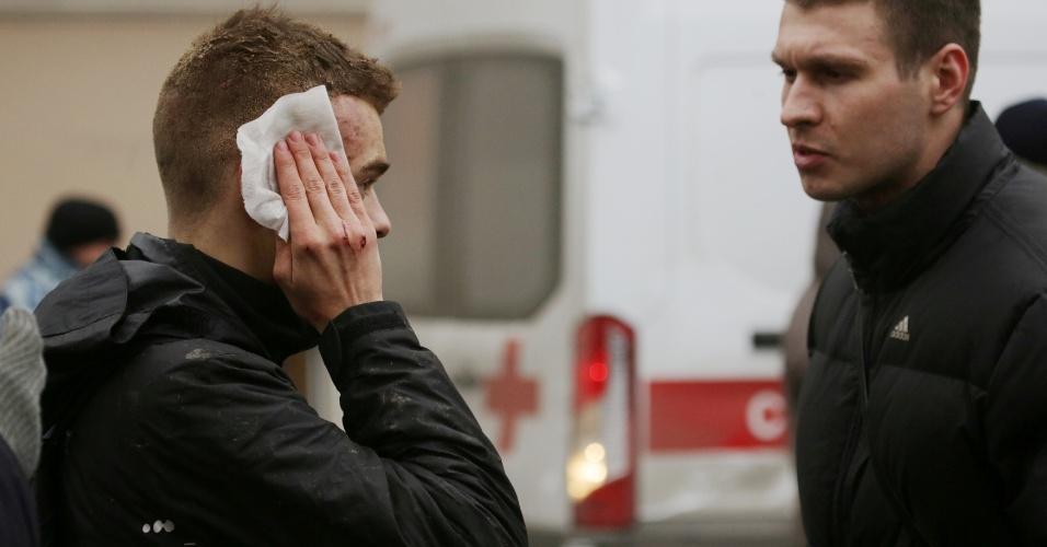 3.abr.2017 - Jovem ferido é atendido do lado de fora da estação de metrô Sennaya Ploshchad, em São Petersburgo, na Rússia, após explosões deixarem mortos e feridos