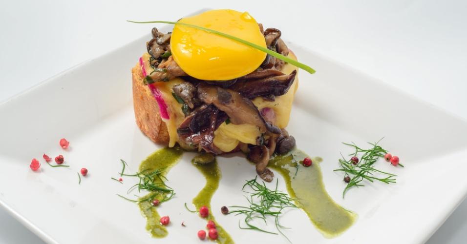 Crosttone,  fatia de baguete italiana com queijo gouda, fricassê de cogumelos e gema confitada é outra entrada da chef Cris Mota para o Apple Motel, em São Paulo