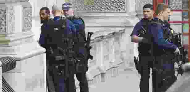 27.abr.2017 - Policiais prendem suspeito em Whitehall, em Londres - Niklas HALLE'N/AFP - Niklas HALLE'N/AFP