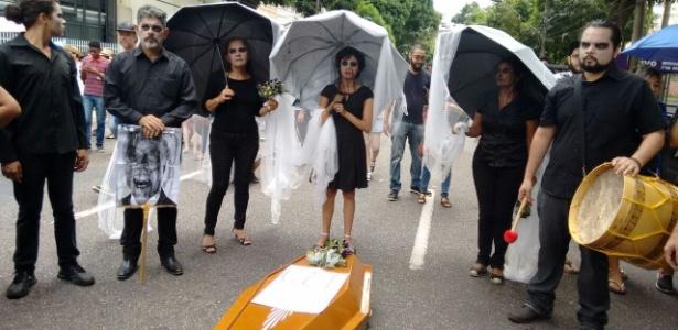 """Em Belém (PA), manifestantes encenam """"enterro da CLT"""" - Cris Capuchinho/UOL"""