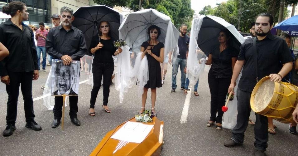 28.abr.2017 - Em Belém (PA), manifestantes encenam enterro da CLT (Consolidação das Leis de Trabalho), lei que pode sofrer diversas alterações com a reforma trabalhista proposta pelo governo Temer (PMDB)
