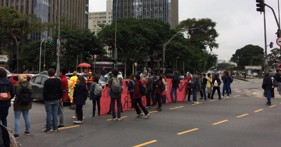 28.abr.2017 - Manifestantes bloqueiam a avenida Faria Lima, na zona oeste de São Paulo, por volta das 9h da manhã desta sexta. A via está fechada nos dois sentidos na altura do cruzamento com a avenida Rebouças. Uma equipe da CET (Companhia de Engenharia de Tráfego) acompanha a situação
