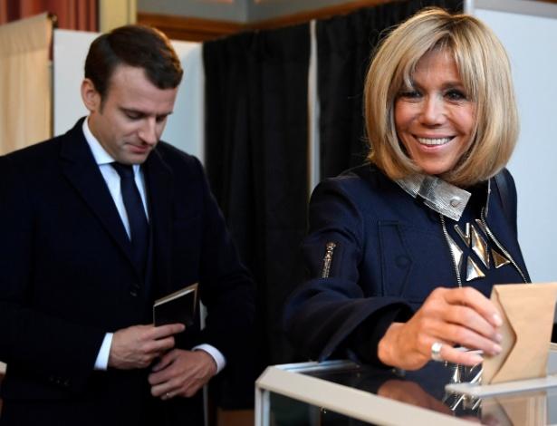 7.mai.2017 - Brigitte Trogneux, mulher de Emmanuel Macron (à esq.), vota nas eleições presidenciais da França ao lado do marido