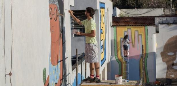 Artistas em ação no hospital psiquiátrico Galba Velloso, em BH; imersão de uma semana transformou muros de ala feminina