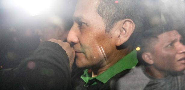 13.jul.2017 - Ex-presidente peruano Ollanta Humala, dentro de carro, a caminho a tribunal para se entregar, após ser condenado a 18 meses de prisão preventiva