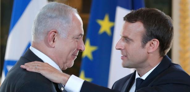 Presidente francês Emmanuel Macron (à dir.) e o primeiro-ministro Benjamin Netanyahu se cumprimentam antes de entrevista a jornalistas no Palácio Elysee, em Paris