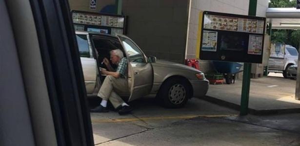 Foto de idoso ajudando a sua mulher a tomar sorvete emocionou as redes sociais