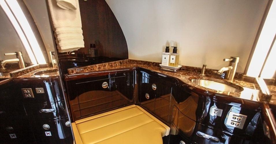 O luxo também está dentro do banheiro do avião. Além do acabamento em madeira, o local também é bastante espaçoso. Só faltou um chuveiro a bordo do Global 6000