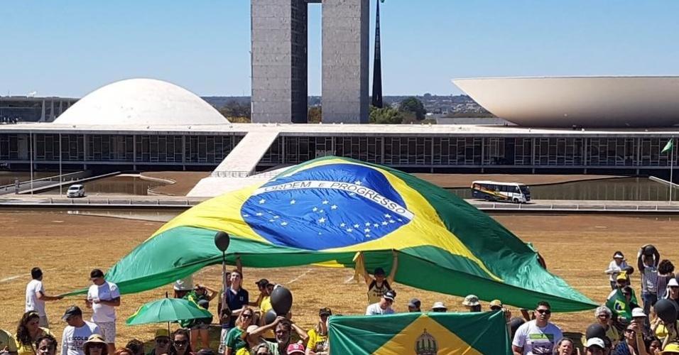 27.ago.2017 - Ativistas do Vem Pra Rua se concentram em Brasília para protestar contra a proposta de criação de um fundo público que custearia as campanhas eleitorais do ano que vem