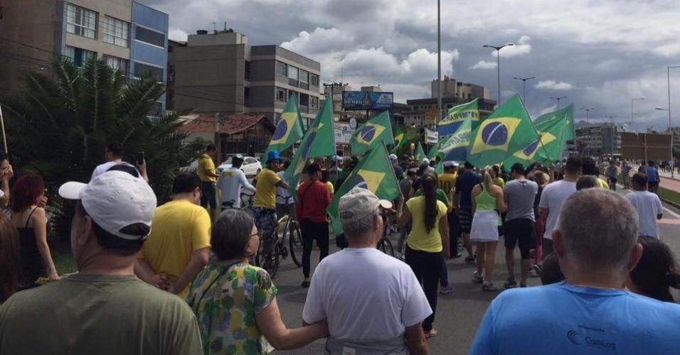 27.ago.2017 - Em Vitória (ES), ativistas do Vem Pra Rua carregaram bandeiras do Brasil para defender a Lava Jato e criticar o STF (Supremo Tribunal da Justiça) que tem concedido habeas corpus a réus do processo