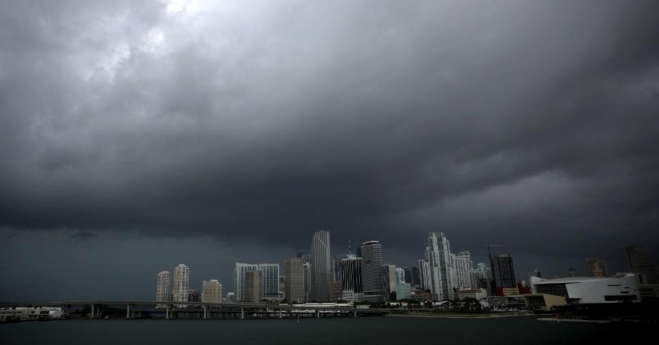 9.set.2017 - Nuvens negras e vento sobre Miami, horas antes da chegada do devastador furacão Irma