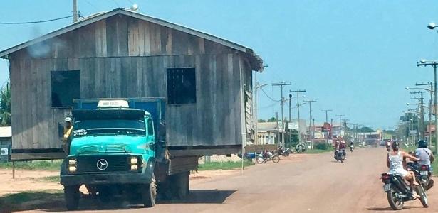 Cena viralizou. Morador contratou caminhão de mudança e transportou casa de madeira - Stênio Carvalho/Arquivo Pessoal