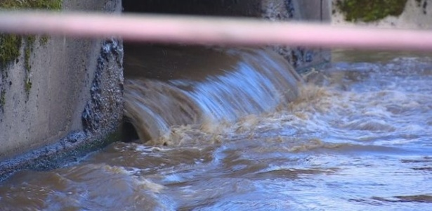 O projeto planeja retirar o fósforo de água de esgoto com o uso de bactérias - BBC