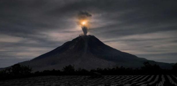 Monte Sinabung, na Indonésia, expele cinzas vulcânicas
