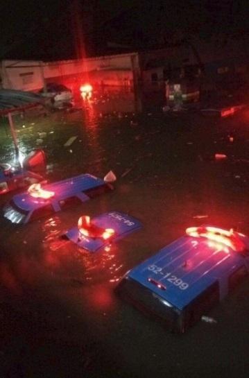 14.fev.2017 - Carros do 9º Batalhão da Polícia Militar do Rio, em Rocha Miranda, na zona norte, ficaram debaixo d'água, conforme registro feito por internauta