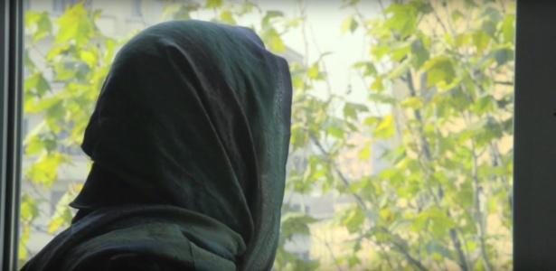 Piera Aiello concede entrevista com a cabeça coberta por véu e sem mostrar o rosto