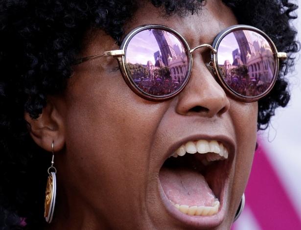 15.mar.2018 - Manifestante grita palavras de ordem durante a chegada dos caixões com os corpos da vereadora Marielle Franco (PSOL-RJ) e do motorista dela Anderson Pedro Gomes à Câmara Municipal do Rio de Janeiro, no centro da capital fluminense, onde serão velados. O ato foi marcado por protestos por justiça