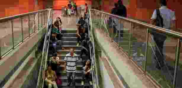 22.mar.2018 - Passageiros esperam trem na estação Bello Monte, da Linha 5 do metro de Caracas - Rayner Peña/UOL - Rayner Peña/UOL