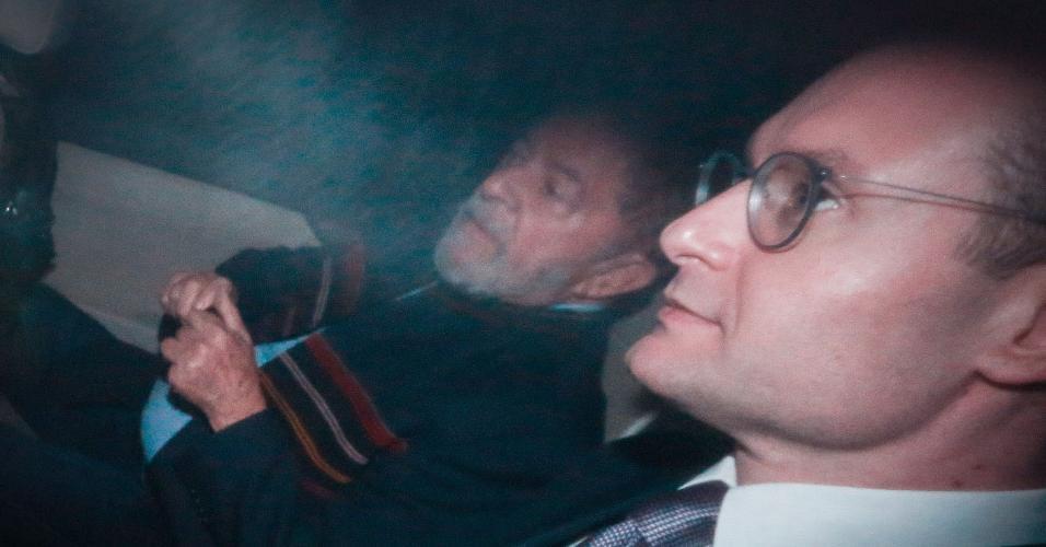 O ex-presidente Luiz Inácio Lula da Silva deixa o Instituto Lula ao lado do advogado Cristiano Zanin