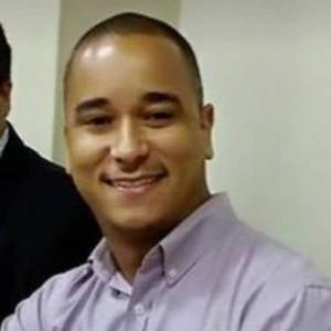 Augusto Cezar Silva foi baleado na frente da família no prédio onde morava no Rio