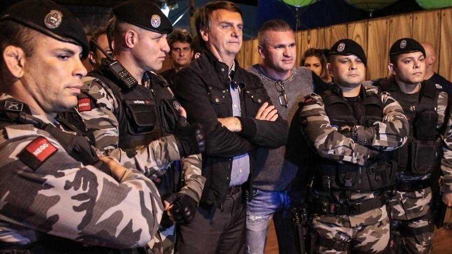 Presidente Jair Bolsonaro posa ao lado de policiais militares - Kleyton Amorim/UOL