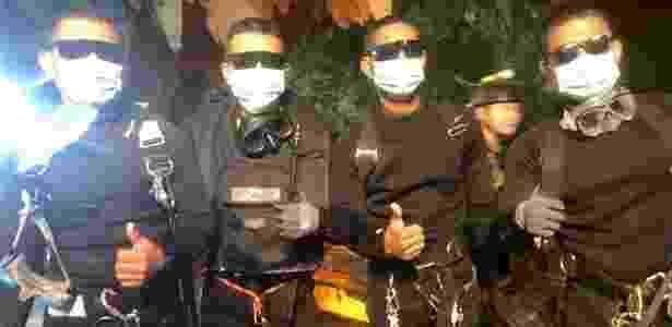 Os quatro últimos socorristas da Marinha a deixar a caverna celebraram o fim da missão - AFP - AFP