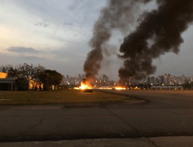 Avião de pequeno porte cai no Campo de Marte, em São Paulo