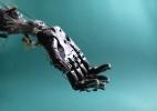 Mãos robóticas agarram, giram e, em breve, também terão tato (Foto: Mae Ryan/The New York Times)