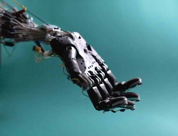 Pesquisadores da Universidade de Washington testam mão robótica com cinco dedos
