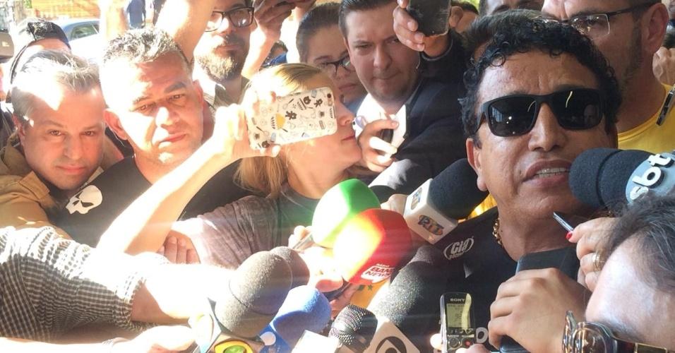 7.set.2018 - O senador Magno Malta (PR-ES) dá entrevista no hospital Albert Einstein, em São Paulo, onde Jair Bolsonaro (PSL) foi internado após levar facada em Juiz de Fora (MG)