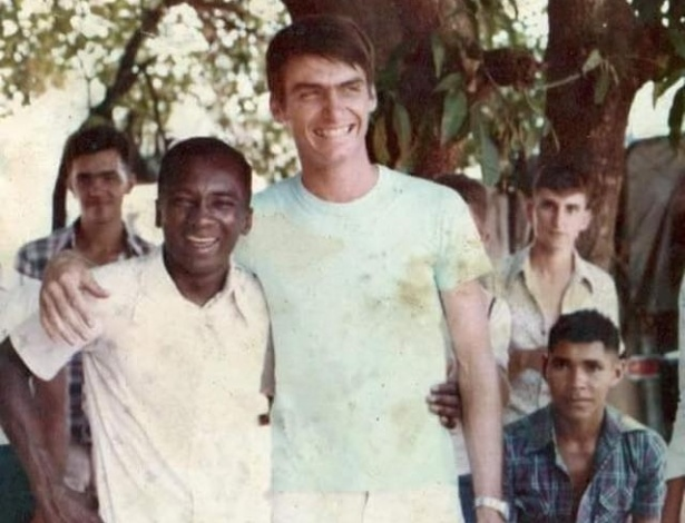 Jair Bolsonaro e o soldado Adão, no 9º Grupo de Artilharia de Campanha, em Nioaque (MS), em 1989